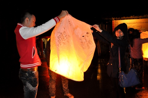 大家把自制的天灯写上愿望,然后释放上空。