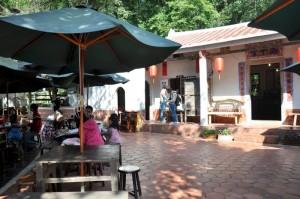 您可选择在客家百年古厝内外用餐,风味各异。