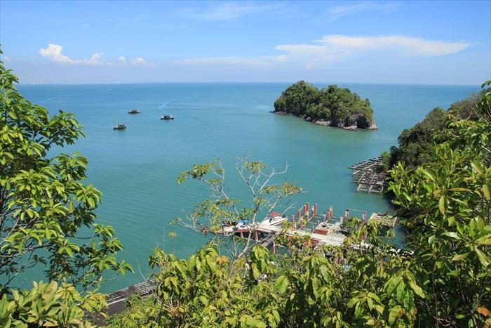 从山顶俯瞰的景色,小小的渔船在海面上,点缀成一幅美丽的图像。
