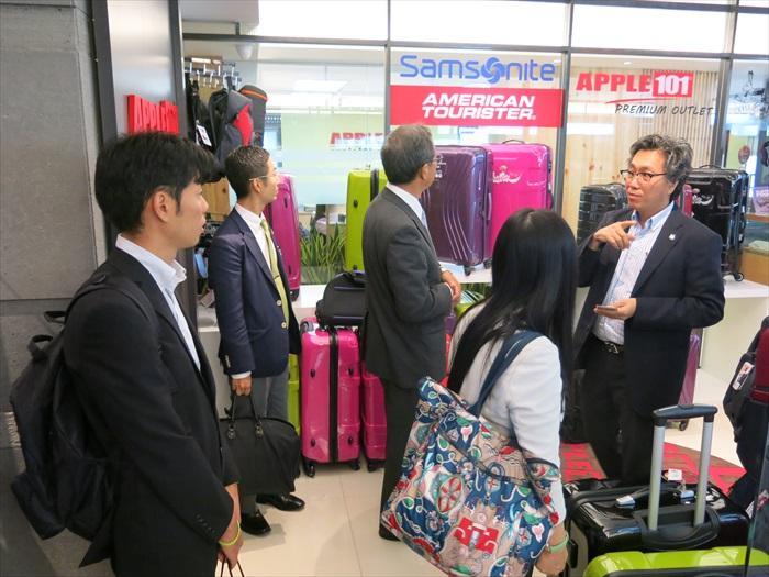 Koh san向林 昭男等人介绍Apple 101的礼品兑换系统。