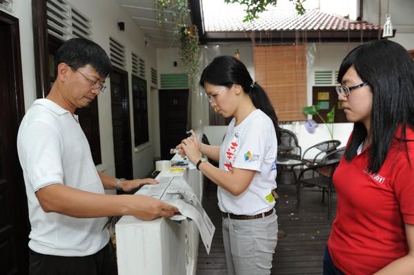 大伙协助将同学们的报导张贴在举办地点现场。