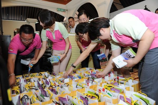 台湾休闲农业发展协会以及各休闲农场代表准备着送给同学们的伴手礼。