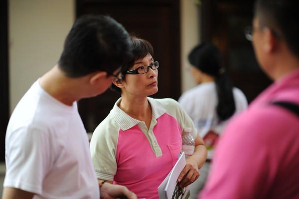 大家认真处理同学会准备事宜。摄影师拍到台湾休闲农业发展协会国际行销总监邱翔羚严肃的一面。