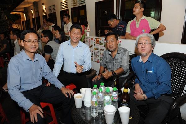 《星洲日报》总编辑卜亚烈(左)、《中国报》总编辑张映坤(左3)以及《星洲日报》执行总编辑郭清江也在现场与李桑欢乐畅谈。