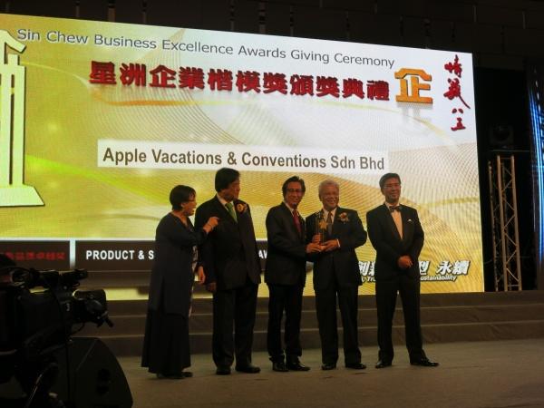 左起:星洲企業楷模獎工委會主席謝念芳、《星洲日报》社长丹斯里张晓卿、蘋果旅遊集团副董事经理拿督斯里许育兴、马来西亚第二财长拿督斯里阿末胡斯尼。(一)