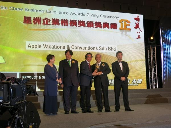 左起:星洲企業楷模獎工委會主席謝念芳、《星洲日报》社长丹斯里张晓卿、蘋果旅遊集团副董事经理拿督斯里许育兴、马来西亚第二财长拿督斯里阿末胡斯尼。(二)