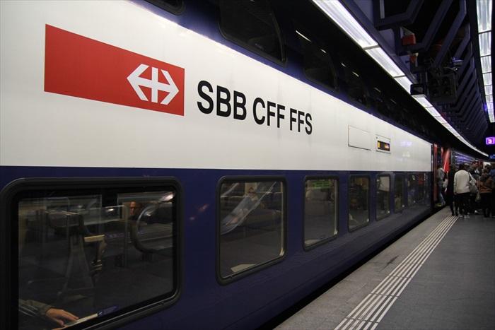 这是瑞士国铁系统的火车,SBB是德语,CFF是法语,FFS则是意大利语,意思都是Swiss Travel System,也就是瑞士国家铁道系统。