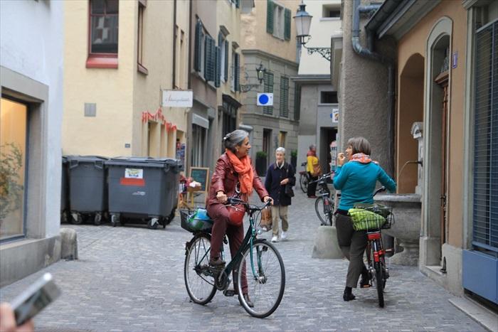 转角遇到朋友,两位骑着脚踏车的女士就这么聊了起来。
