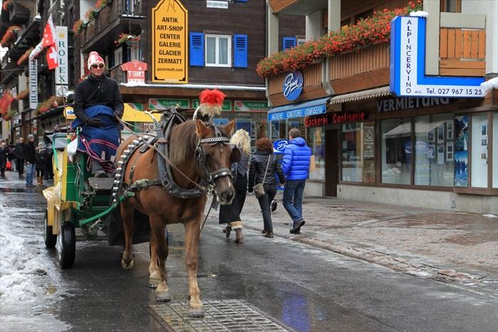 策马特街道上的观光马车。