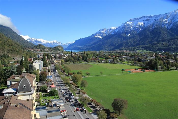 因特拉肯镇风光优美,轻易可以看到不远处的阿尔卑斯山脉。