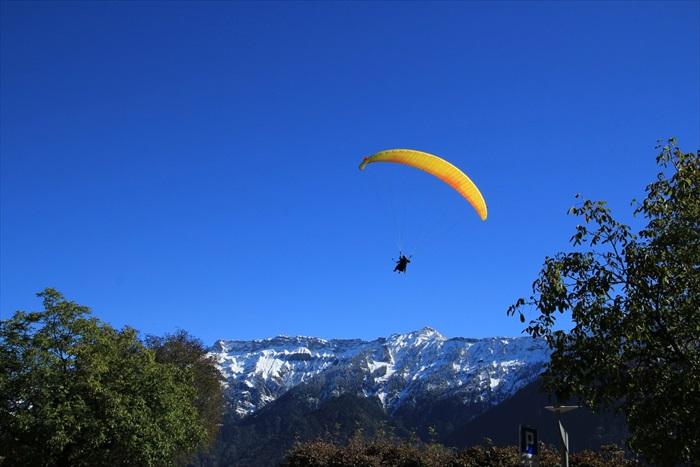 降落伞是因特拉肯非常热门的活动,价格大约CHF 160(约RM576)。