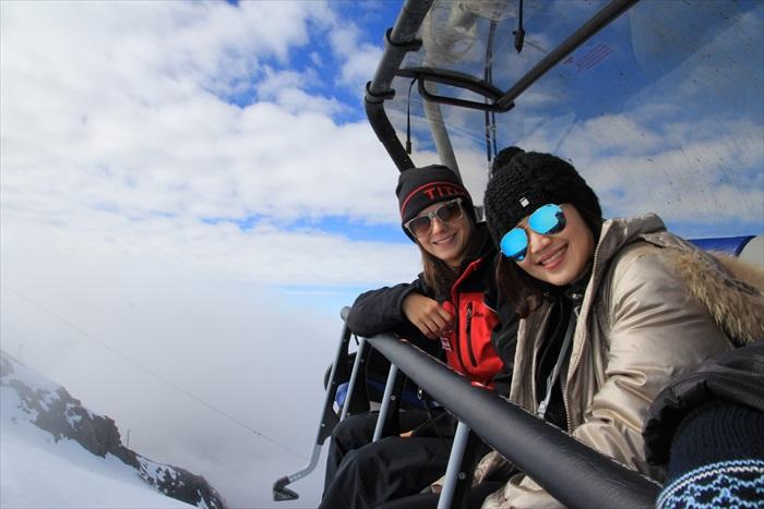 菲比和我们导游Barbara——一起乘坐空中吊车。
