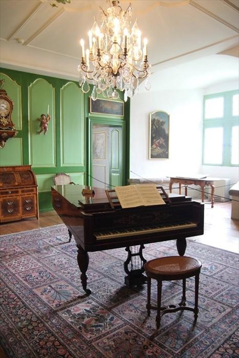 近代城堡主人留下的钢琴。