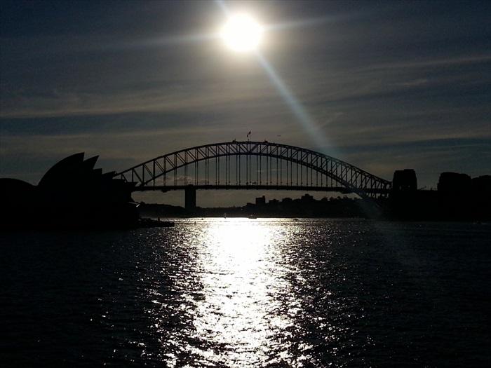 逆光的悉尼大桥。