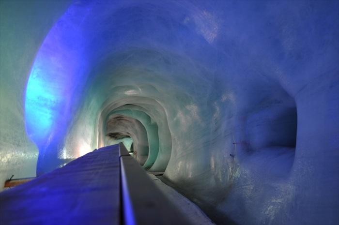 冰川洞穴探险,让你看看很正的冰川模样。