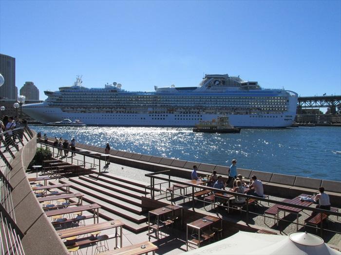 许多船舶往来悉尼港。