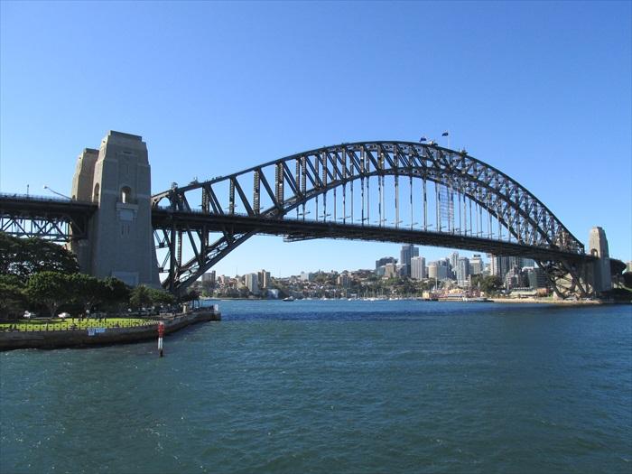 横跨悉尼港和悉尼商业中心区的悉尼大桥,与常常与悉尼歌剧院构成美景一幅。