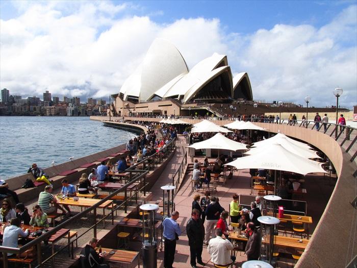 总是人来人往的悉尼歌剧院,每年可吸引约20万游客前来参观。