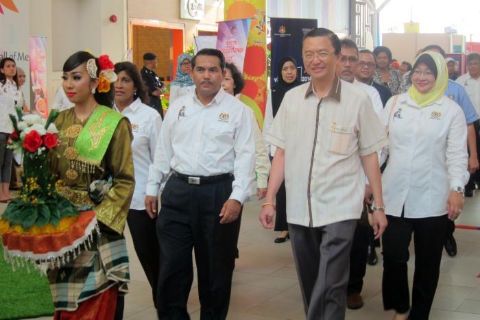 左起为文化部副秘书长,YBhg Datuk Haji Ab. Ghaffar A. Tambi,与拿督郑修强一同出席此盛事。