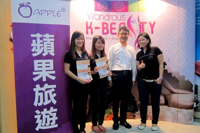 蘋果人与 韩国观光局营销总监,D.Y Park(y右二)合影。