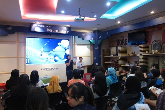 蘋果旅遊团体部高级经理邓丽君,向大家介绍韩国最新行程+韩医之旅配套。