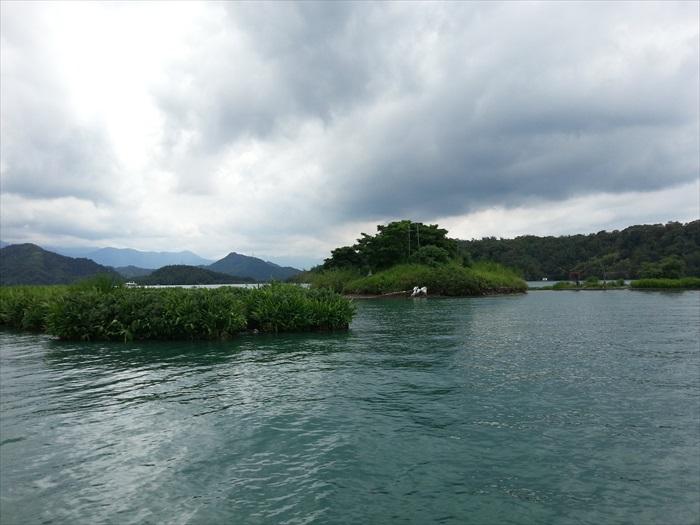 一边穿梭湖面,一边听导游解说,让我们更了解美丽的日月潭。