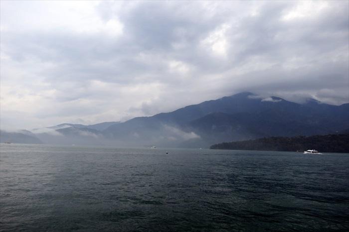 披上浓雾的湖面更添神秘感。
