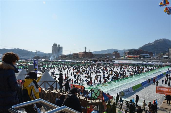 """每年华川都吸引了大批游客到来""""过冬""""。"""