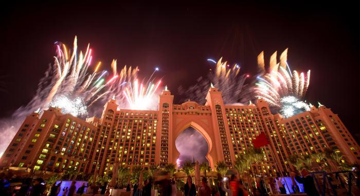 还有世界最奢华的八星级酒店,迪拜棕榈岛亚特兰蒂斯酒店(Atlantis The Palm Dubai)也是燃放烟火的地点之一哦!
