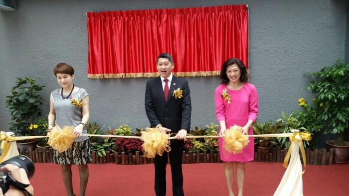 右起,陈盈盈、李益辉与童宝珍为推荐礼剪彩。