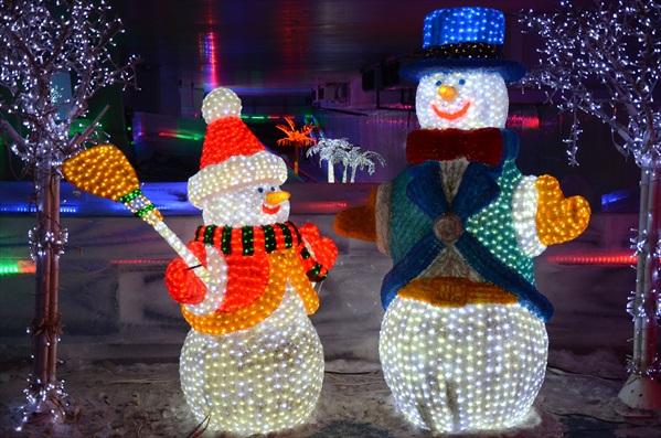 在零下5度的低温下,我们还可以堆雪人、滑冰和踢冰上足球。