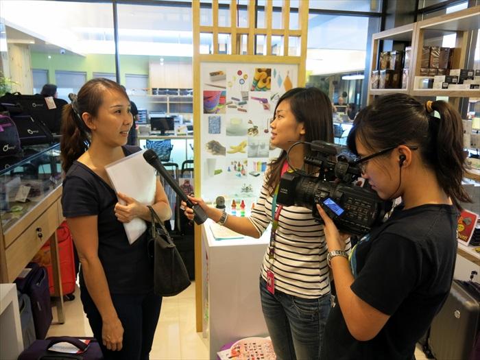 采访团队也不忘与蘋果人聊聊,了解民众看法。