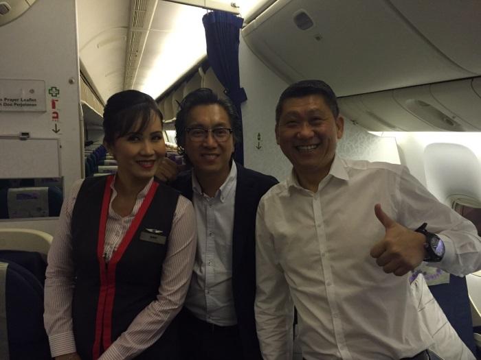 右起,李桑、许桑先巡视机舱,并且与空姐在包机内合影,大家期待一个平安愉快的旅程!
