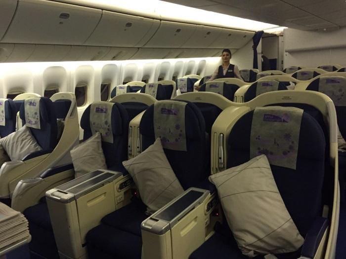 一窥机舱内的座位,每一个都铺好了特制头套哦!