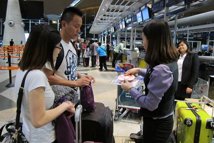 客人找寻自己的领队,领队为您解说登机详情。