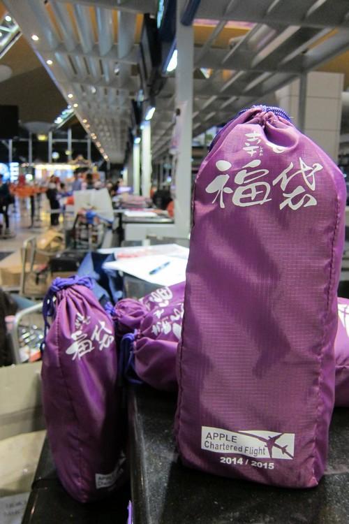 每位客人都会获得一个附有保温壶及耳罩的福袋。