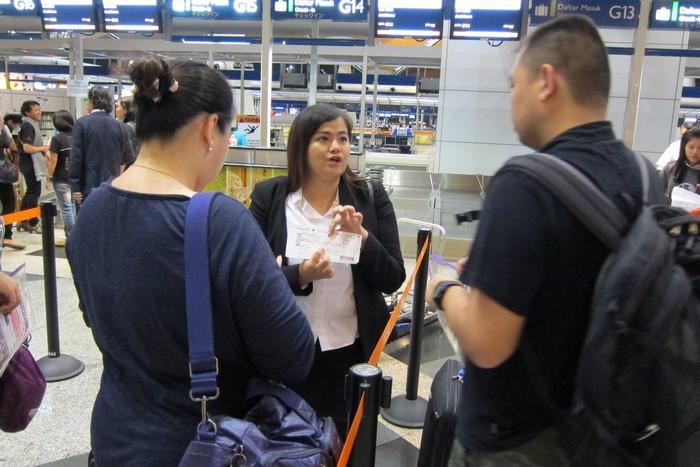 尽责的领队为客人详细解说旅游事项