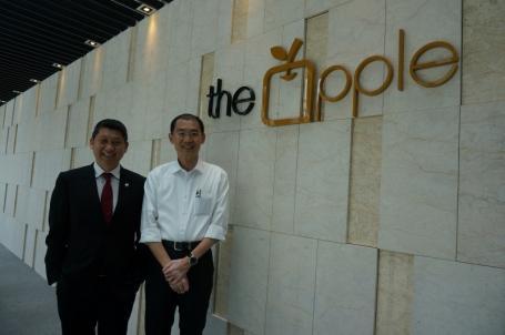 李益辉(左)和巫光伦看好The Apple发展潜能,并相信该计划将带动马六甲的高端酒店和产业发展。