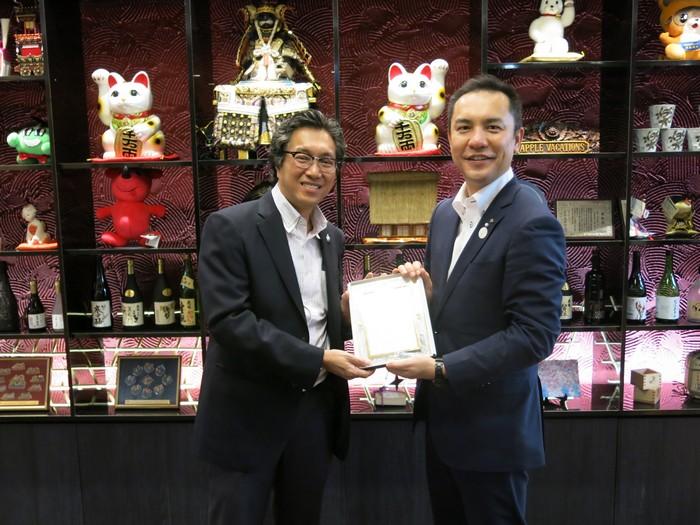 三重县知事 铃木英敬(Eikei Suzuki,右)赠送纪念品予蘋果旅遊集团副董事经理拿督斯里许育兴。