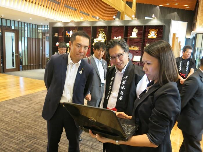 Koh san向铃木 英敬展示他去年首次到访蘋果旅遊的报导。
