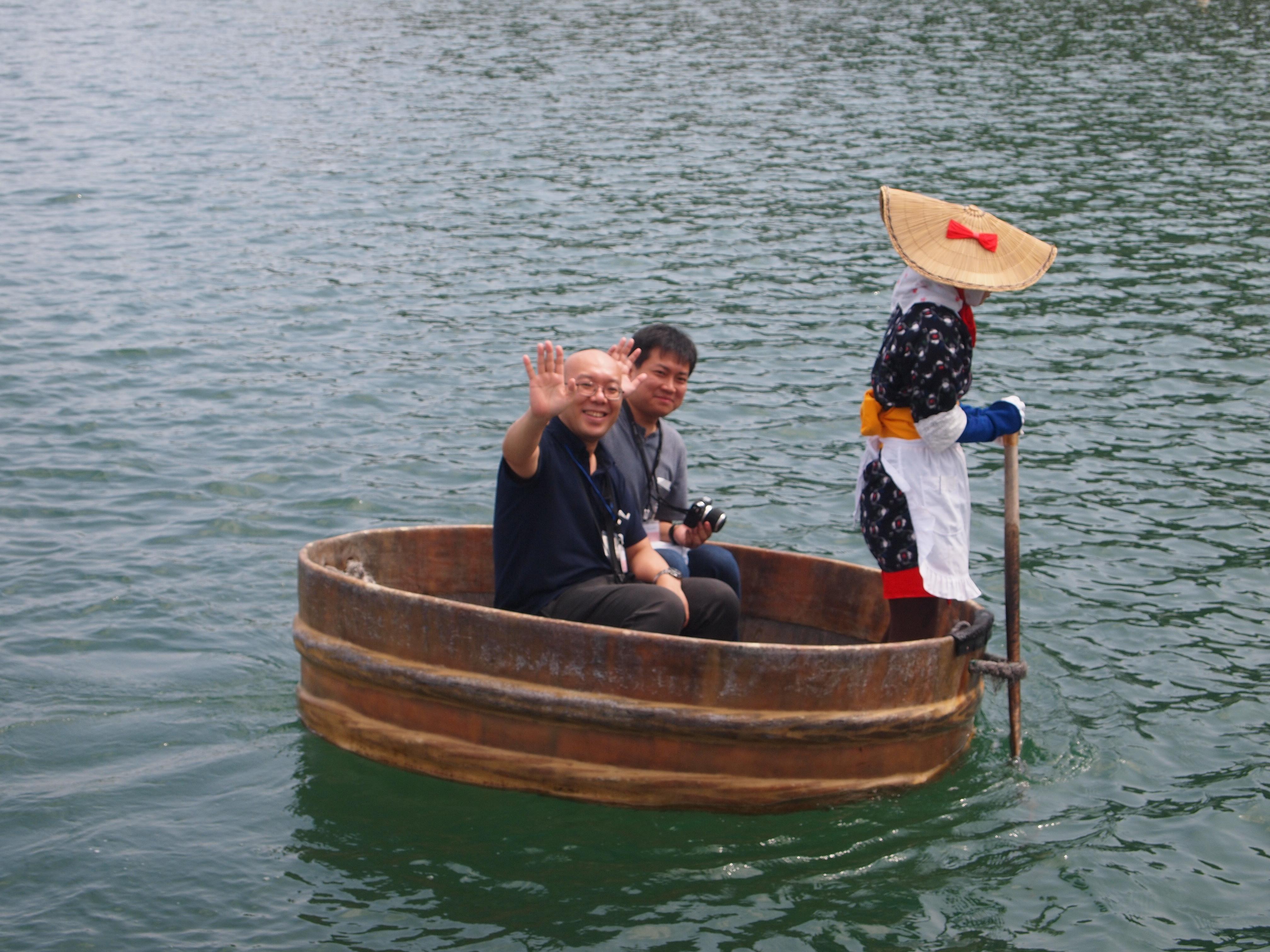在小木港体验乘坐木盆舟收费500日圆(成人)及300日圆(儿童)。