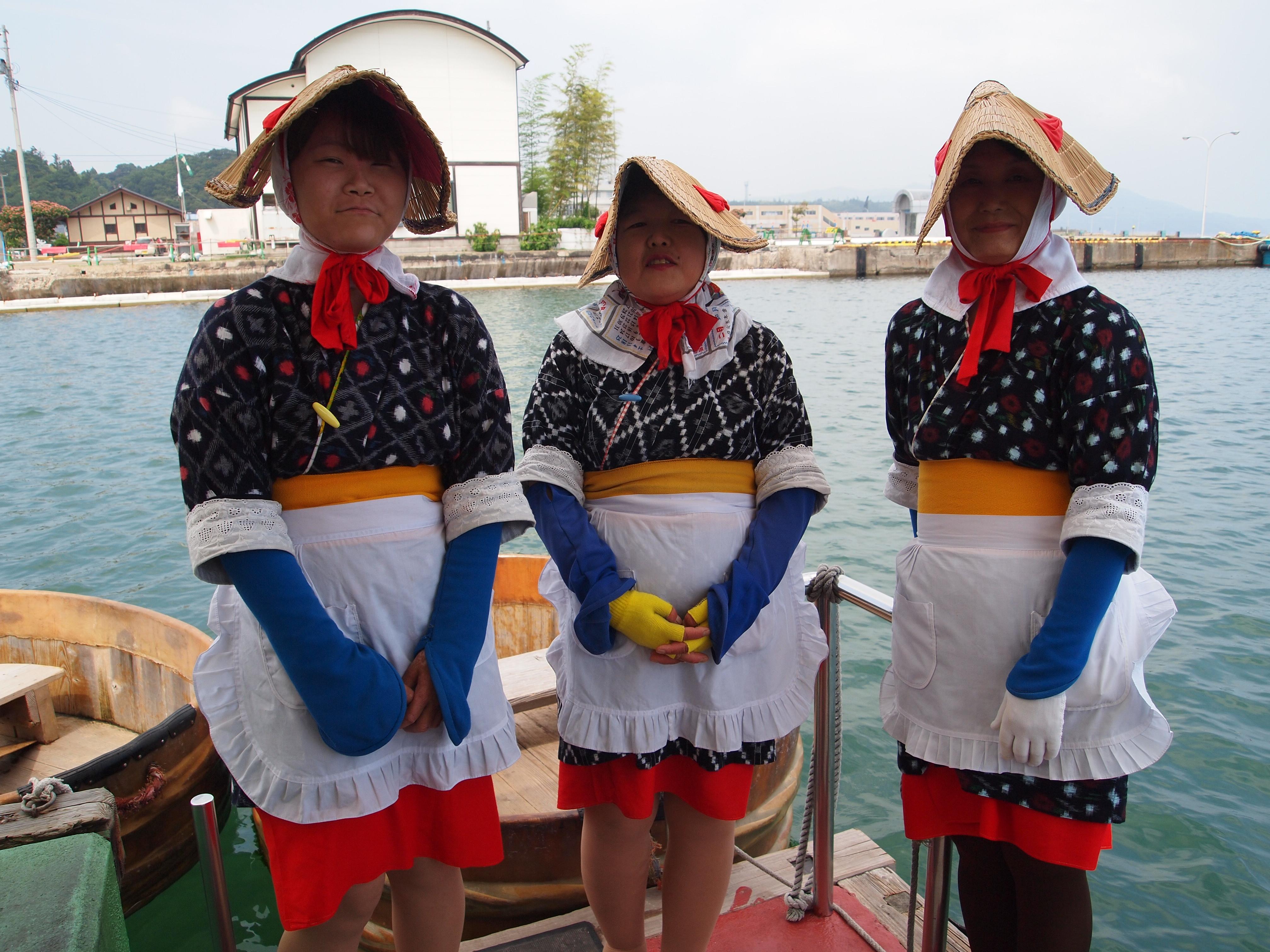 身穿传统民族服装,头戴鸭嘴帽的女船家性格亲切又开朗。