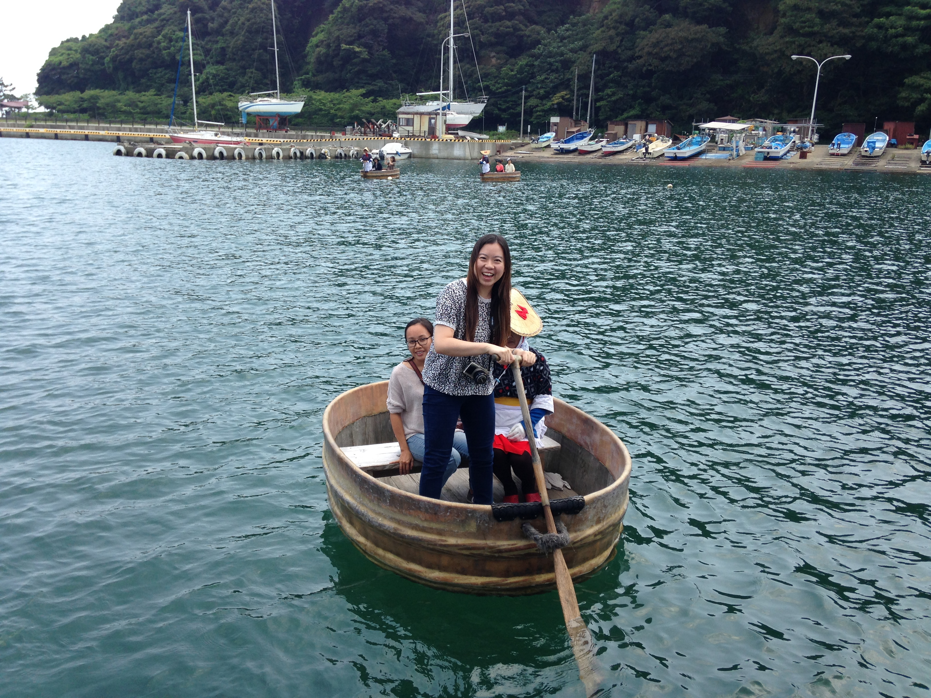驾驶木盆舟的方法看似简单,但轮到自己上阵可能就是原地打转。