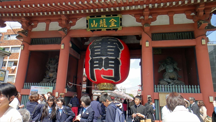 """门的中央有一下垂的巨大灯笼,上面写着""""雷门""""二字,已成为浅草的象征。"""