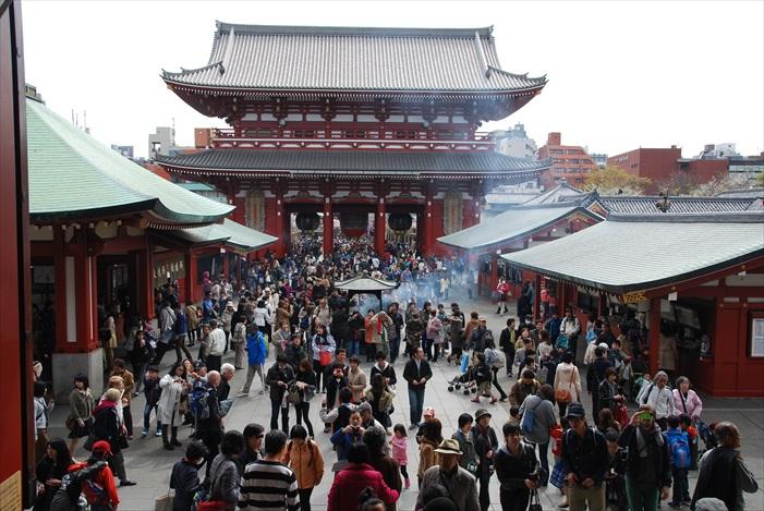 """据传公元628年,一对以捕鱼为生的兄弟在隅田川中发现了观音像,认为是""""观音显灵""""。于是,人们在当地修建寺院,供奉观音,此寺院就是现在的浅草寺。"""