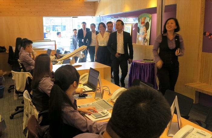 42位贵宾逐一造访各部门,这里为蘋果自由行部。