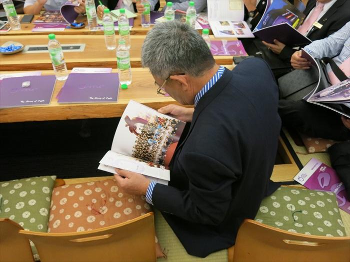 述说之余,贵宾们也透过书册深入了解蘋果。