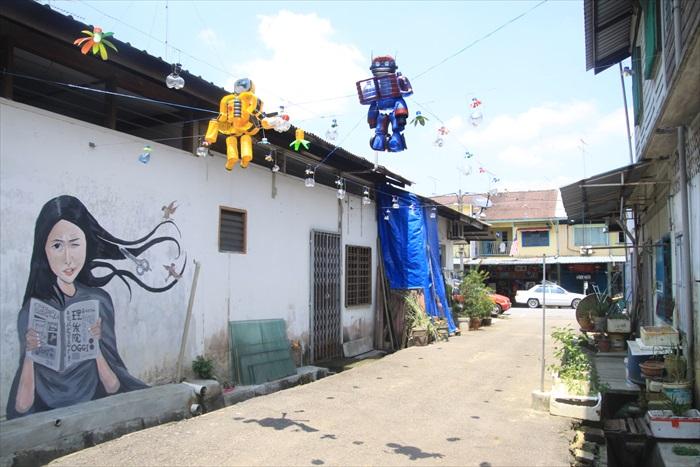 悬挂在空中的两只卡通人物,是利用铝罐和塑料瓶组成,带出环保创作的概念。
