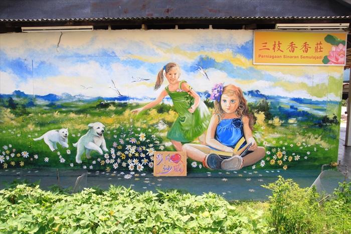 小女孩享受大自然和自由的生活环境,在田里看书作乐,与高科技年代的童年生活,有了极大的对比。