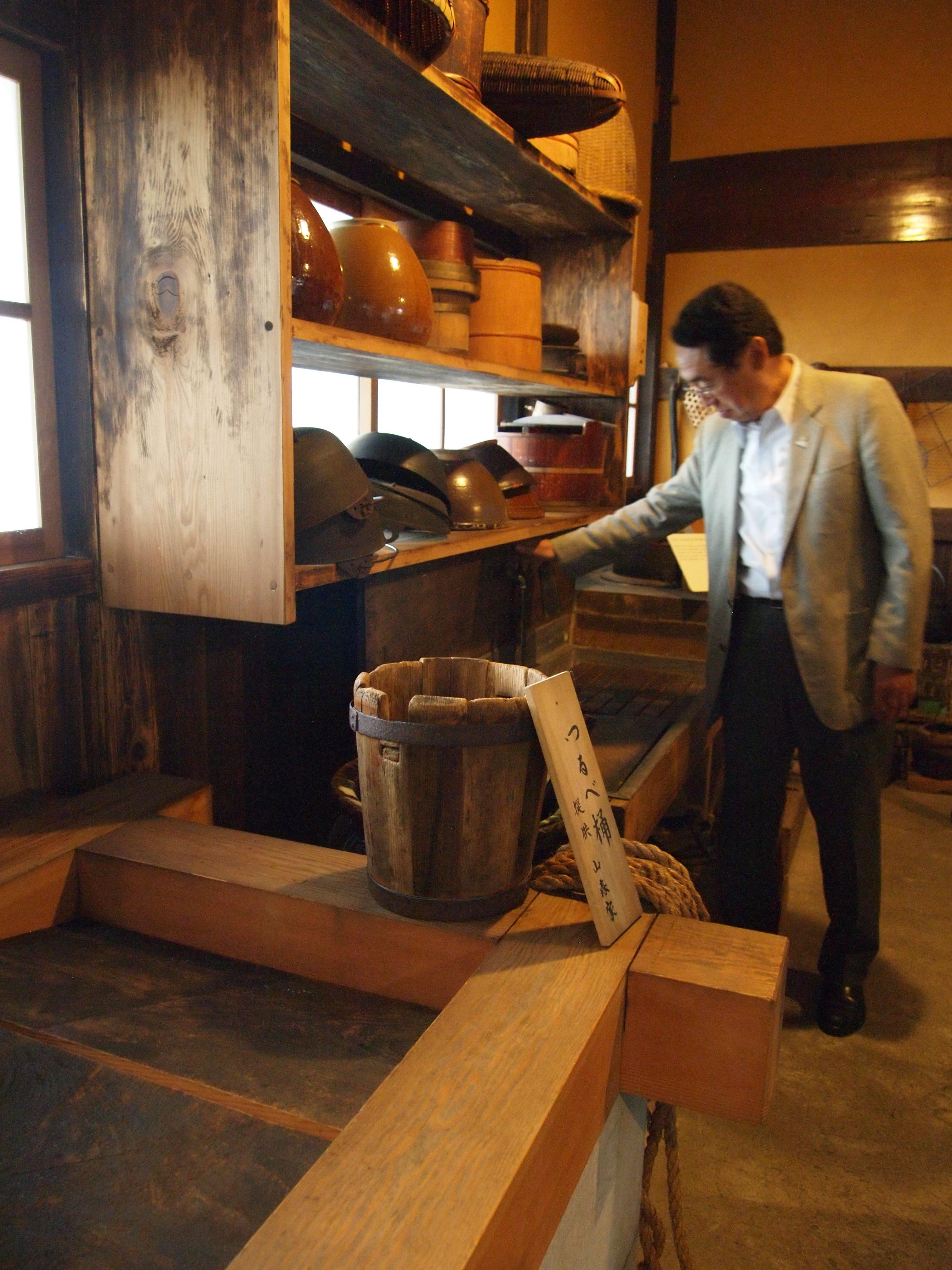 这栋超过400年的建筑物里的水龙头依然可以正常操作,从这里流出来的正是东光の酒蔵引用来酿酒的吾妻山井水。